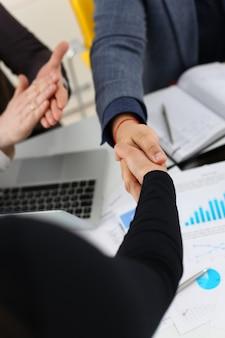 若い幸せなビジネスマンは、オフィスで会議を持っているお互いに手を振る