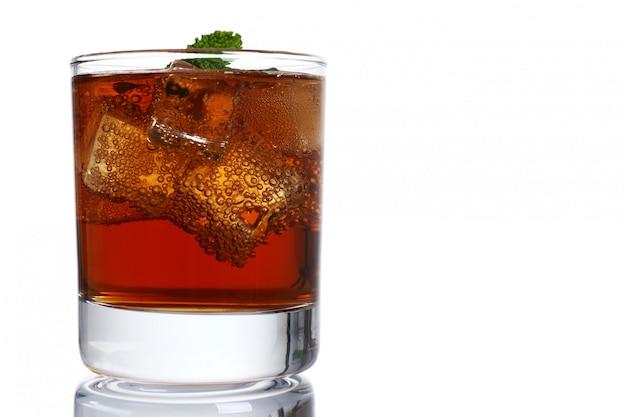 Коктейль виски кола со льдом