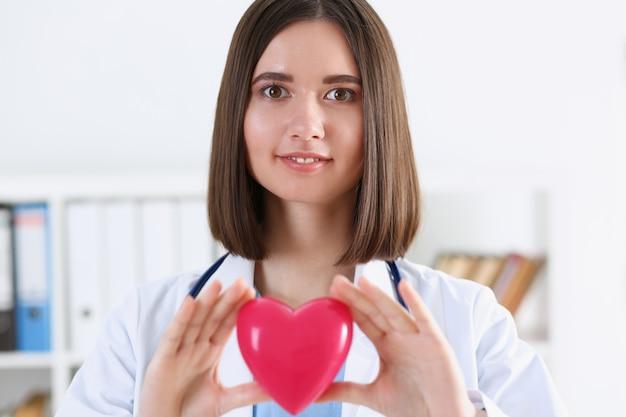 女性医学博士の手を押しながらカバー