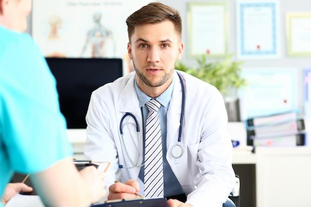 Обеспокоенный бородатый врач