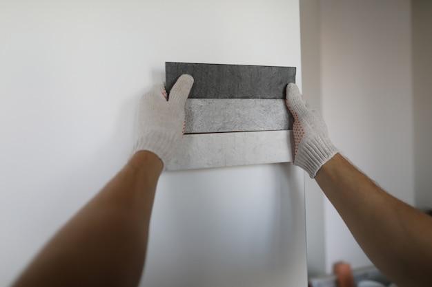Рабочий держит образцы краски