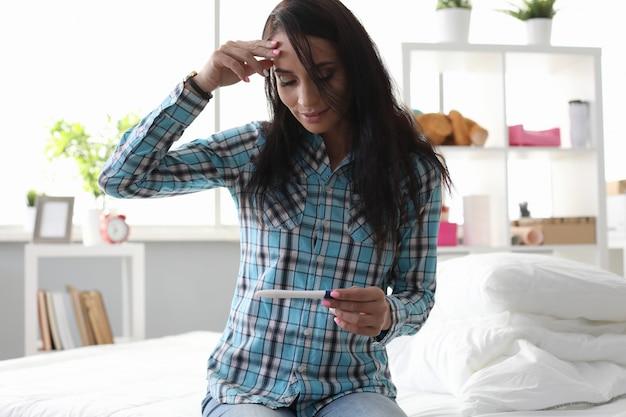 妊娠検査を持つ女性