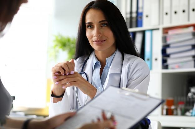 薬の書類に記入する女性の訪問者