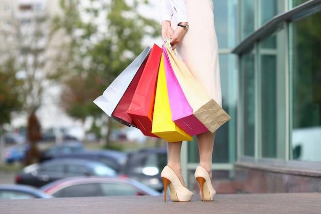 Симпатичная модель с красочными сумками