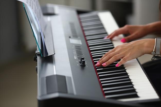 女性が美しいメロディーを演奏