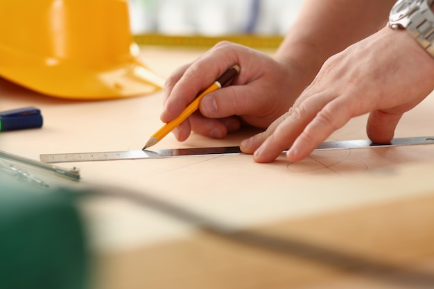 構造計画を立てる労働者の腕