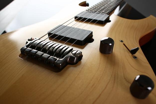 ローズウッドの首を持つ古典的な形の木製エレクトリックギター