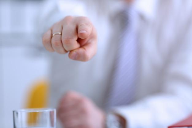 Мужская рука указывает вам указательным пальцем
