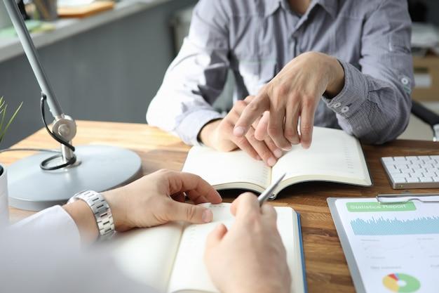 日記に指している男性通訳ビジネスマン手