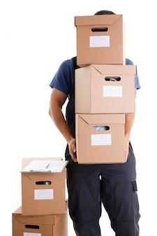 Специалист курьерской службы доставки несет коробки