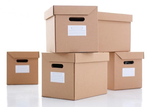 Много картонной коробки крафт-цвета.