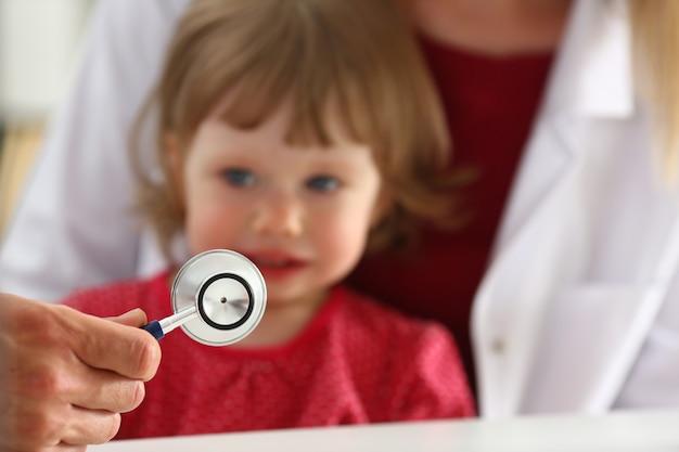 Маленький испуганный ребенок на приеме доктора делает укол инсулина