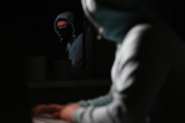 マスクの男性カーダーがダークネットに接続