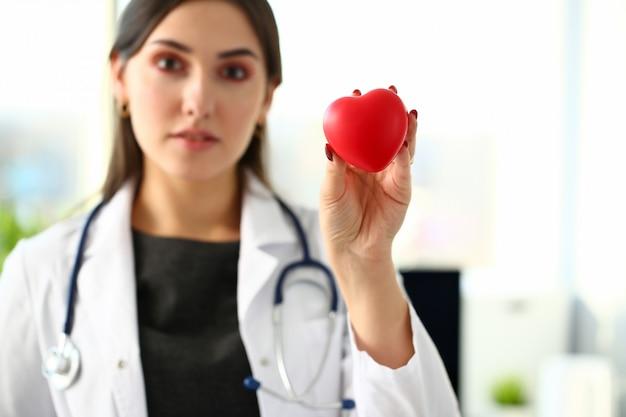 Красивое усмехаясь белокурое женское владение доктора