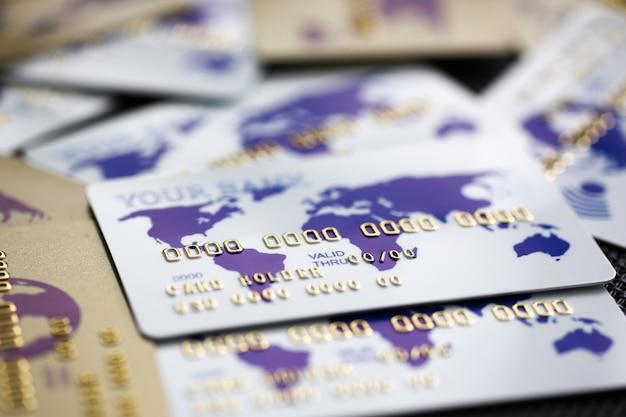 テーブルに散らばる多くの銀行カード