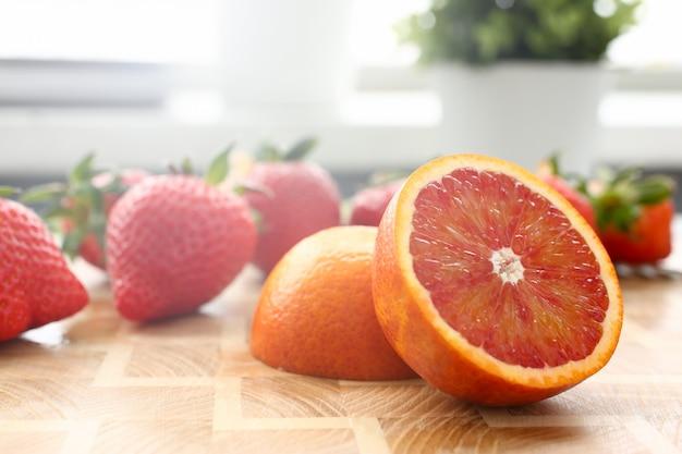 イチゴとキッチンテーブルの上の赤オレンジ