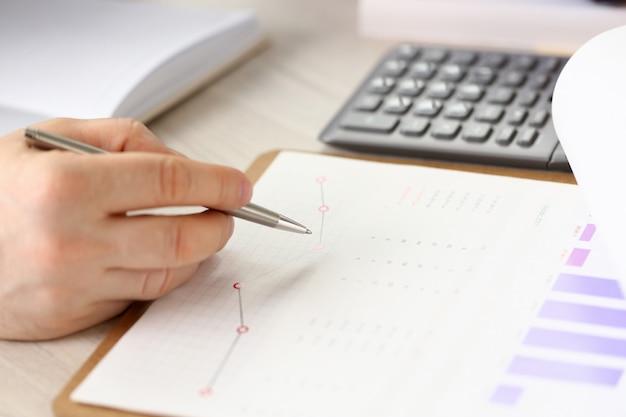 請求書の富の成長をチェックする会計士マネージャー