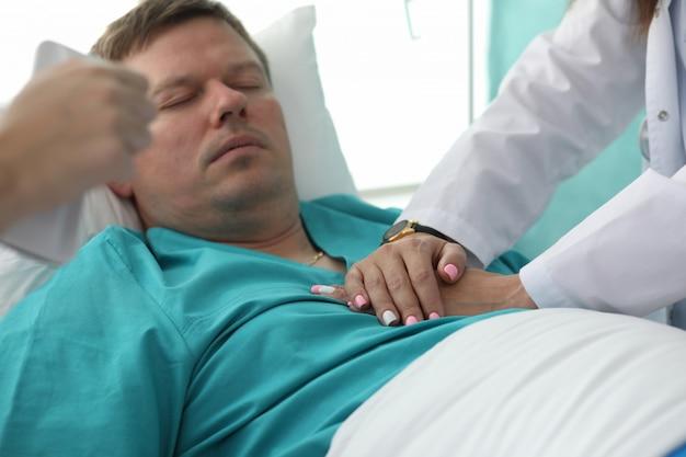 心臓マッサージを行う蘇生器