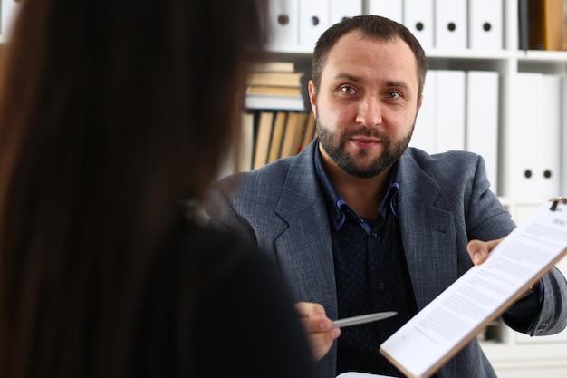 У бизнесменов есть дискуссия, женщина дает интервью менеджеру, хотела бы получить новую работу