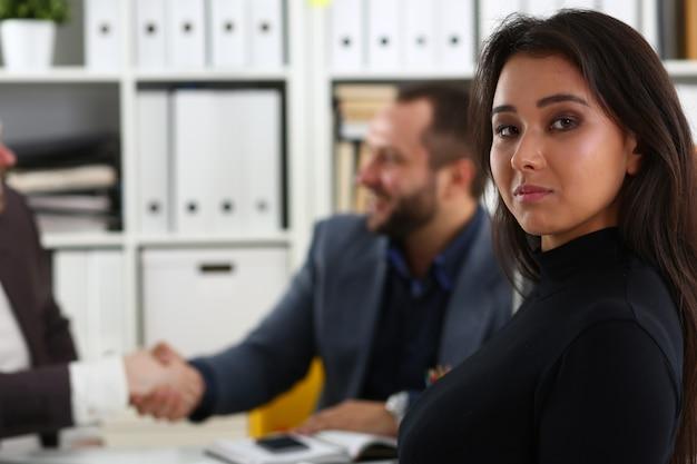 若い幸せなビジネスマンがオフィスで会議を持っている問題を議論します