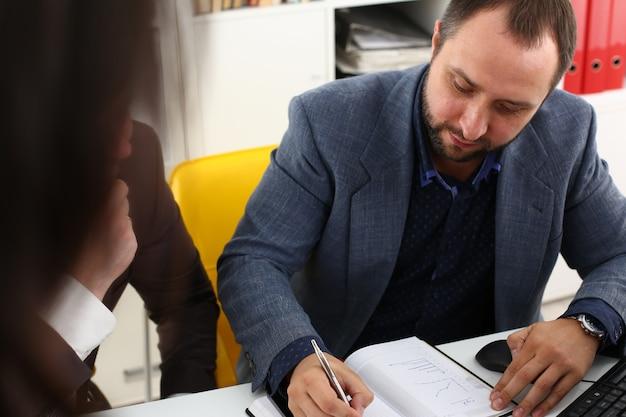Молодые успешные бизнесмены рассказывают об основных проблемах своего проекта, обсуждают проблемы