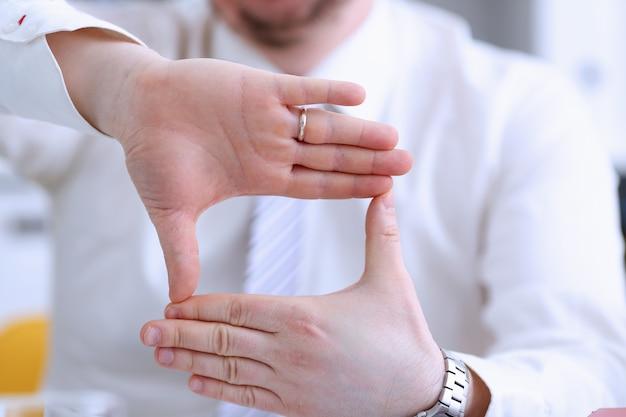 Мужские руки артикулируя во время конференц-разговора в крупном плане офиса. предложение иллюстрирует концепцию предложения взятки предложения предложения