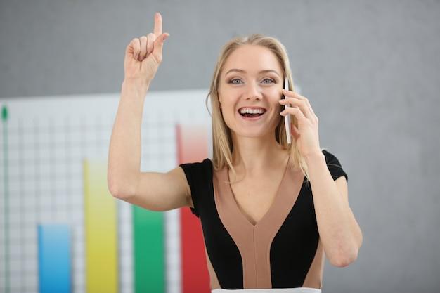 Блондинка деловая женщина приходит с идеей увеличения собственной прибыли