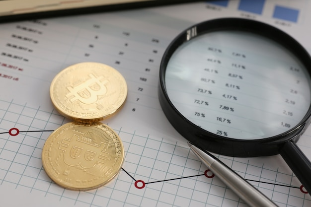 成長または下落為替レートのクローズアップに関連して、変化するチャート対象金交換ピラミッドに対するコイン暗号通貨ビットコイン。