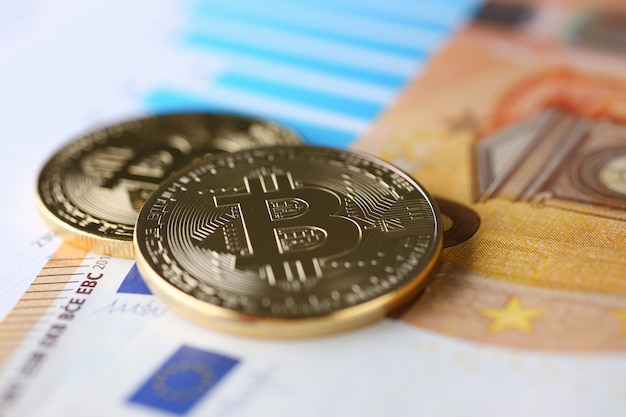 ユーロ紙幣の対象となる暗号通貨ビットコインのコインは、成長または為替レートのクローズアップに関連して金と交換します。
