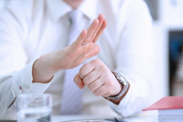 Мужские руки артикулируют во время конференции