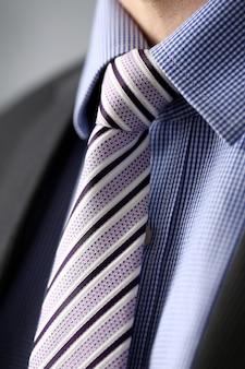 Деловой человек в черном костюме установить галстук крупным планом