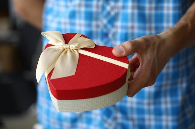 お祝いデザインの男性の手ハートボックス