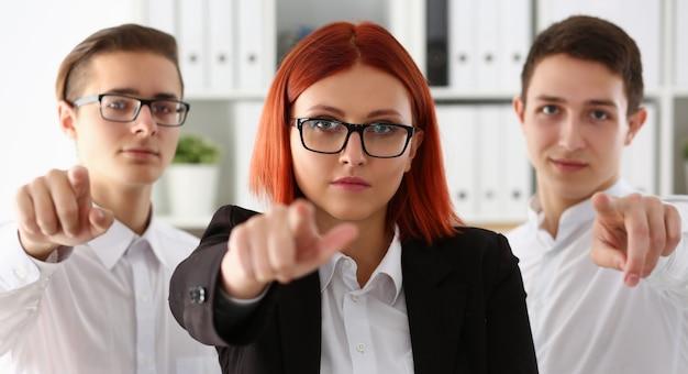 Группа деловых людей, указывая их