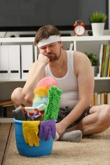 男は家に悲しみを残し、外に出て仕事をする必要がある