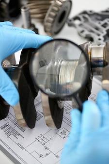 エンジン修理のサービスセンターの整備士は、オイル欠乏の悪い潤滑の結果、故障とスカッフィングライナーの外観があったクランクシャフトの問題を考慮します。