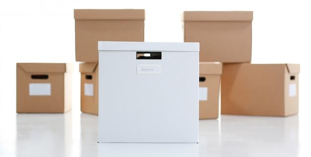 Много картонной коробки крафт-цвета. тема перемещения погрузки-выгрузки груза с доставкой товара из интернета до покупателя от поставщика