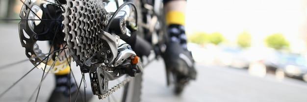 自転車の男の背景。スポーツ用品。