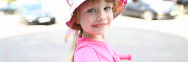 Счастливый маленький ребенок делает селфи смартфон на открытом воздухе