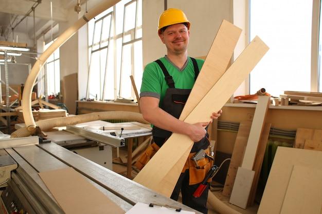 Портрет улыбающегося плотника