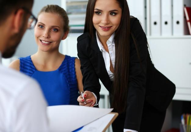 人々のグループは、オフィスの肖像画でお買い得書類の条件を議論します。新鮮なビューレビュー状況新しい角度見てプロのトレーニングホワイトカラー投資と金融の概念