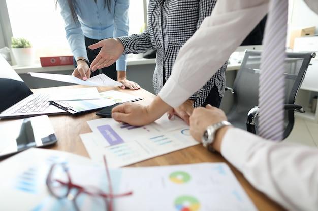 ビジネスの人々のグループは金融問題を解決します