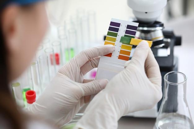 Ученый делает сравнение двух тестов