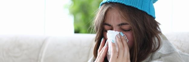 Женщина чистит нос