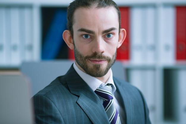 背景をぼかした写真の実業家の肖像画