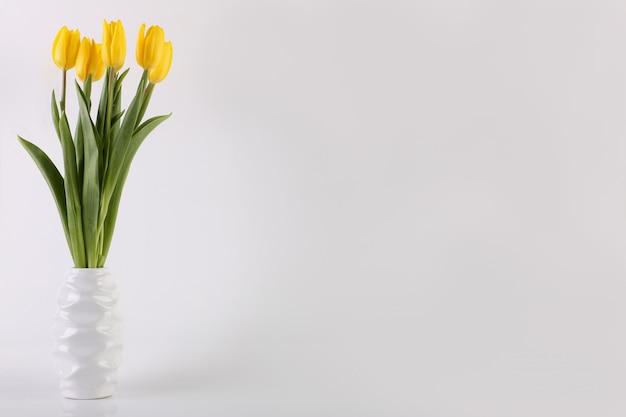 花瓶のチューリップの花束