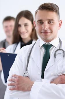 Группа медиков гордо позирует в ряду и