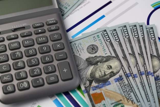 Серебряный калькулятор с банкнотами