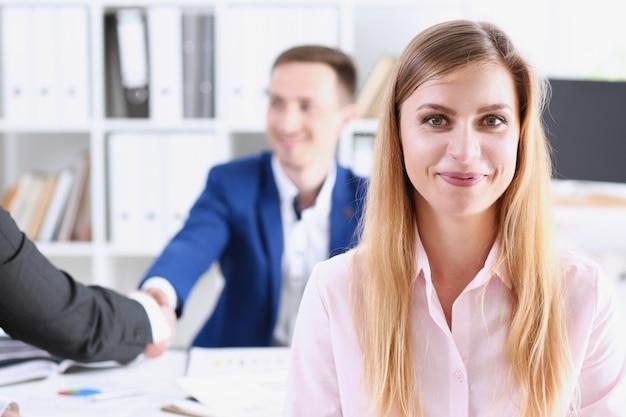 職場で陽気な女の子の笑顔