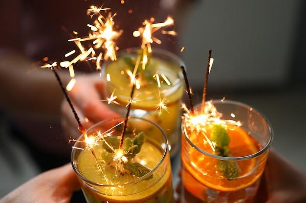 Фруктовые коктейли со сверкающими огнями