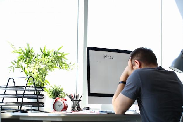 Грустно расстроен мужского пола работника держать голову решение проблем бизнеса или частной жизни на рабочем месте в офисе